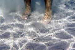 Pés masculinos subaquáticos no mar Imagem de Stock Royalty Free