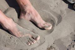 Pés na areia Fotos de Stock