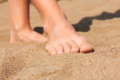 Pés na areia Fotografia de Stock Royalty Free