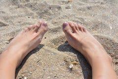 Pés na areia Imagem de Stock