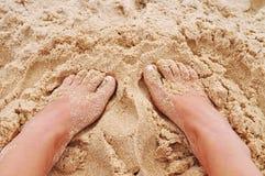Pés na areia na praia Imagem de Stock Royalty Free