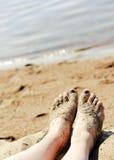 Pés na areia na praia Imagens de Stock