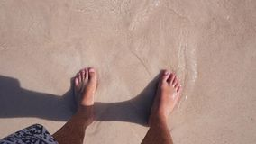 Pés na areia na praia video estoque