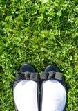 Pés na grama verde Fotos de Stock Royalty Free