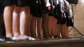 Pés na meia-calça da menina - crianças choir - ensaio de música acadêmico video estoque