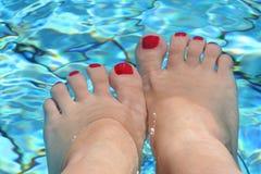 Pés na piscina Imagens de Stock Royalty Free