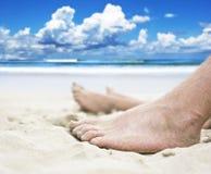 Pés na praia Imagens de Stock
