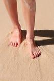Pés na praia arenosa Imagem de Stock