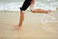 Pés na praia bonita Foto de Stock