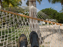 Pés na rede na praia Imagem de Stock Royalty Free