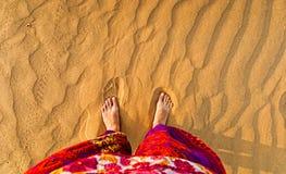 Pés no deserto arenoso imagem de stock