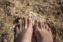 Pés no fundo da areia Fotos de Stock