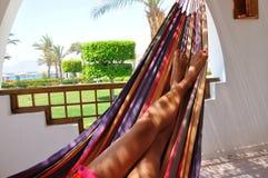 Pés no hammock - paisagem da mulher Fotografia de Stock