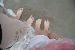 Pés no oceano Fotografia de Stock Royalty Free