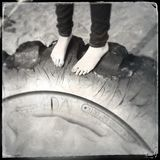 Pés no pneumático Foto de Stock