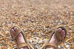 Pés nos flip-flops na praia em Fotos de Stock Royalty Free