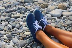 Pés nos seixos na praia, Fotografia de Stock Royalty Free