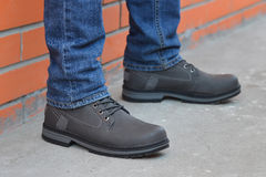 Pés novos do ` s do homem da forma nas calças de brim e nas botas Foto de Stock