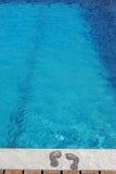 Pés pela piscina foto de stock royalty free