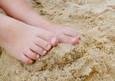 Pés pequenos da criança na areia Fotografia de Stock