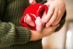 Pés pequenos do bebê Conceito da celebração do Natal Fotografia de Stock