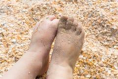 Pés pequenos do ` s das crianças na areia Fotografia de Stock Royalty Free