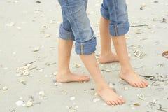 Pés pequenos na areia Fotos de Stock