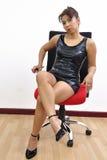 Pés pretos 'sexy' do vestido da mulher bonita cruzados Fotografia de Stock