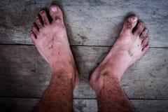 pés que está sujo e sujo da lama, suporte no assoalho imagens de stock
