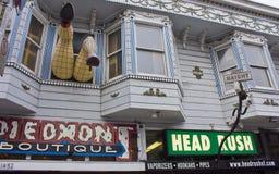 Pés que penduram fora da janela em Haight Street Imagem de Stock