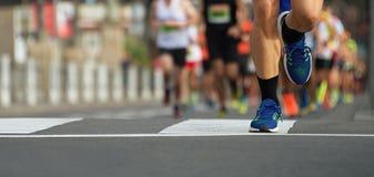 Pés running dos povos da raça da maratona na estrada de cidade Imagens de Stock Royalty Free