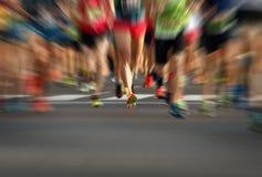 Pés running dos povos da raça da maratona na estrada de cidade Imagens de Stock