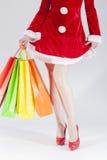 Pés 'sexy' de Santa With Shopping Bags fêmea caucasiano Fotografia de Stock Royalty Free