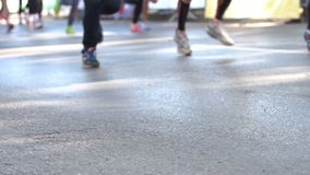 Pés somente 4k dos corredores de maratona filme