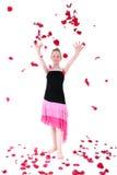 Pétala de Rosa de jogo adolescente despreocupada no ar Fotos de Stock