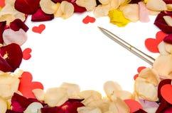 Pétalas cor-de-rosa vermelhas e vale-oferta vazio Fotos de Stock Royalty Free