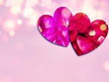 Pétalas cor-de-rosa vermelhas na forma do coração imagens de stock