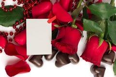 Pétalas cor-de-rosa vermelhas, rosas vermelhas e doces em uma forma de um coração Imagens de Stock Royalty Free
