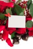 Pétalas cor-de-rosa vermelhas, rosas vermelhas e doces em uma forma de um coração Imagem de Stock