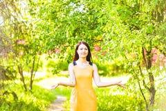 Pétalas de jogo da mulher asiática no jardim da mola imagem de stock royalty free
