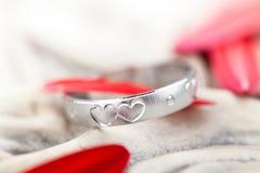Pétalas de prata do anel e da flor Fotos de Stock