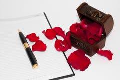 Pétalas de Rosa e a carta de amor foto de stock