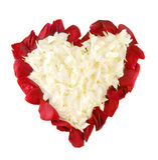 Pétalas de Rosa na forma do coração Foto de Stock Royalty Free