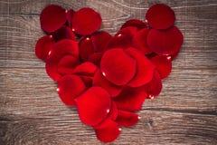 Pétalas de Rosa na forma do coração Fotografia de Stock Royalty Free
