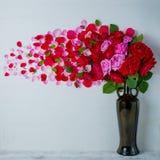 Pétalas de Rosa salpicadas queda no assoalho Fundo de madeira Imagens de Stock Royalty Free