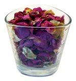 Pétalas de uma rosa em um vidro. Imagens de Stock Royalty Free