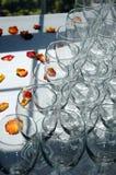 Pétalas de vidros e de Rosa de vinho Fotos de Stock