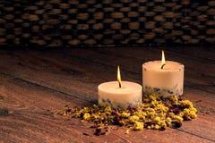 Pétalas e velas secas das flores Fotos de Stock Royalty Free