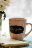 Pétales de carnet et de fleur sur le fond en bois de turquoise, vue de côté de carte d'amour Photographie stock