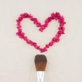 Pétales de myrte de crêpe de rose de forme de coeur image stock